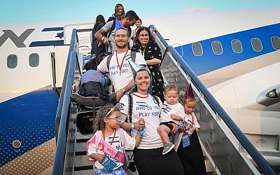 New immigrants from North America are seen after disembarking from an El Al flight at Ben Gurion Airport, August 14, 2019. (Flash90)