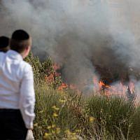 Illustrative: Children watch a fire raging in Jerusalem, July 20, 2017. (Yonatan Sindel/ Flash90)
