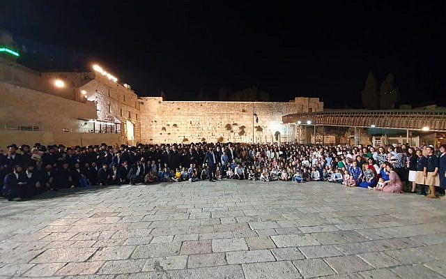 Hundreds of descendants of Holocaust survivor Shoshanna Ovitz gather at the Western Wall to mark her 104th birthday, August 7, 2019. (Courtesy)