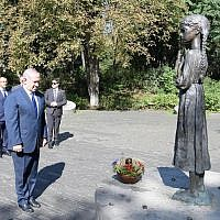 PM Netanyahu places a small wheat basket at a monument the victims of the Holodomor, a man-made famine that killed millions of Ukrainians and others, Kyiv, August 19, 2019 (Amos Ben Gershom/GPO)