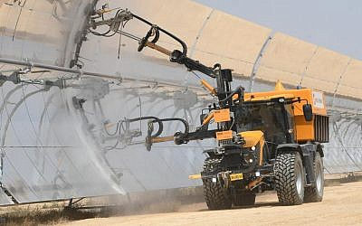 A truck cleaning the dust off the thermo-solar mirrors of the Negev Energy Ashalim plant, August 29, 2019.  (Avshalom Sasoni)