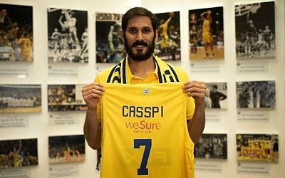Omri Casspi holding a Maccabi Tel Aviv jersey upon announcing he is returning to the club after a decade in the NBA, August 13, 2019. (Maccabi Tel Aviv official website)
