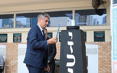 Israel's ambassador to Panama, Reda Mansour, lights a candle in memory of Israel's fallen soldiers and terror victims, May 8, 2019 (Facebook page of Israeli Embassy in Panama)