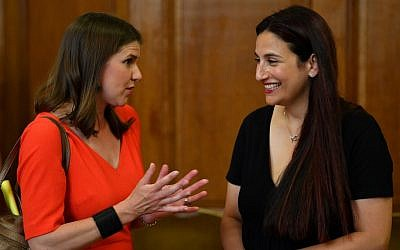 Leader of the Liberal Democrats Jo Swinson (L) talks with Independent MP Luciana Berger during an event with representatives of Britain's other pro-EU political parties, to discuss Brexit, at Church House in central London on August 27, 2019 (Daniel LEAL-OLIVAS / AFP)