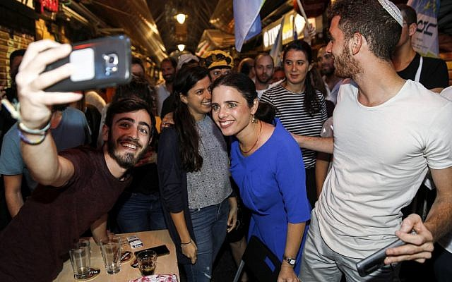 Ayelet Shaked (C), chairwoman of Israel's Yamina party, poses for a photo while on an election campaign tour at the Mahane Yehuda market in Jerusalem on August 31, 2019. (MENAHEM KAHANA / AFP)
