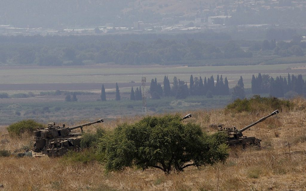 Israeli self-propelled artillery guns are positioned near the Lebanese border on the outskirts of the northern Israeli town of Kiryat Shemona on September 1, 2019. (JALAA MAREY / AFP)