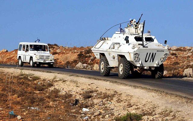 Veículos de um comboio das Forças Interinas das Nações Unidas no Líbano (UNIFIL) em uma estrada ao longo da fronteira entre o Líbano e Israel, perto da cidade libanesa de Kfar Kila, no sul do país, em 1 de setembro de 2019 (Ali DIA / AFP)
