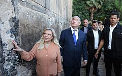 Prime Minister Benjamin Netanyahu and his wife Sara outside the Tomb of the Patriarchs in the West Bank town of Hebron, on September 4, 2019. (EMIL SALMAN / Haaretz POOL / AFP)
