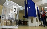 A woman prepares to cast her vote at a polling station during to the Moscow city Duma election in Moscow on September 8, 2019. (Photo by Kirill KUDRYAVTSEV / AFP)