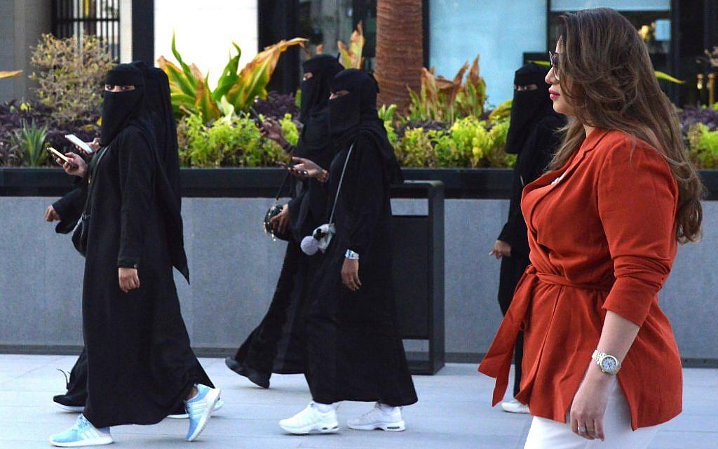 Rebel Saudi Women Shun Obligatory Abaya Robe The Times Of Israel