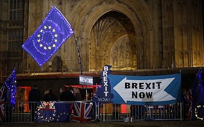 Anti-Brexit protesters with signs and EU flags lit up with fairy lights stand next to pro-Brexit banners outside the Houses of Parliament in London on September 9, 2019 as MPs debate. (Tolga Akmen / AFP)