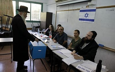 An elderly ultra-Orthodox Jewish man casts his ballot at a voting station in the city of Bnei Brak during the Israeli parliamentary election on September 17, 2019. (Menahem KAHANA/AFP)