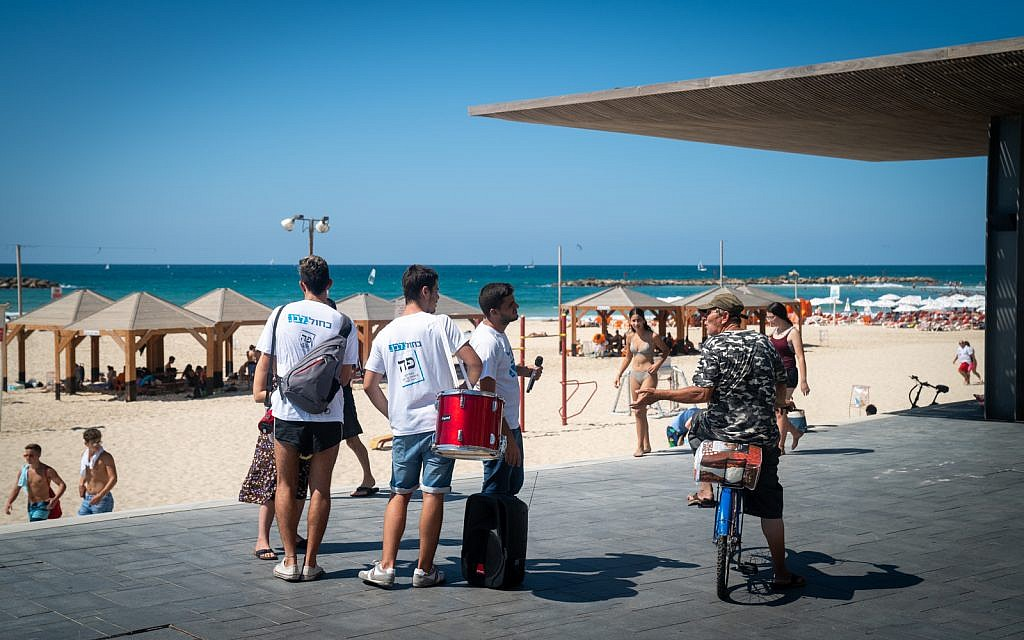 Blue and White activists canvas the Tel Aviv boardwalk, September 17, 2019. (Luke Tress/Times of Israel)
