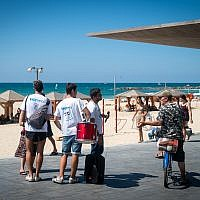 Blue and White activists canvass the Tel Aviv boardwalk, September 17, 2019. (Luke Tress/Times of Israel)