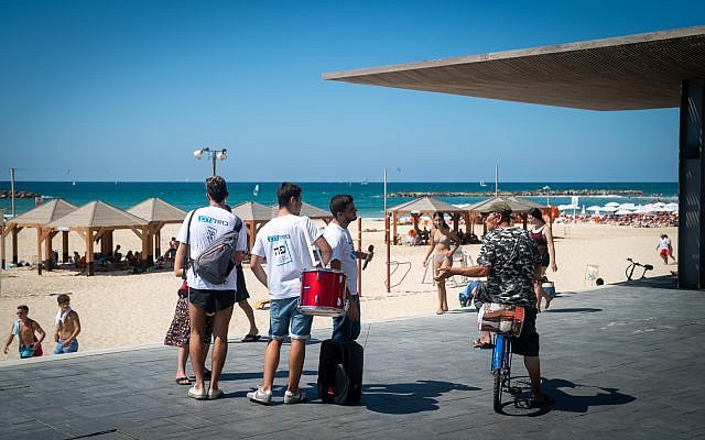 Blue and White activists canvas the Tel Aviv boardwalk, September 17, 2019. (Luke Tress/Times of Israel)