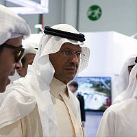 Saudi Arabia's new Energy Minister Prince Abdulaziz bin Salman, center, and United Arab Emirates Energy Minister Suhail al-Mazrouei, right, walk through an energy exhibition in Abu Dhabi, United Arab Emirates, Septembre 9, 2019. (Jon Gambrell/AP)