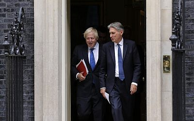 Britain Chancellor of the Exchequer Philip Hammond, right, departs with the Foreign Secretary Boris Johnson after a Cabinet meeting at 10 Downing Street in London, Sept. 21, 2017 (AP Photo/Alastair Grant)