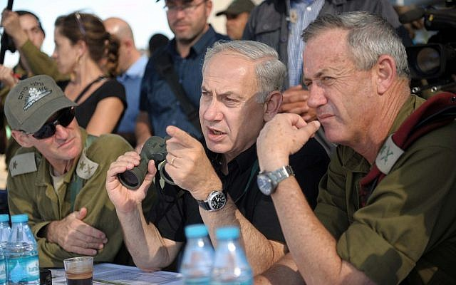Prime Minister Benjamin Netanyahu (center) watches a Golani Brigade exercise alongside then-IDF Chief of Staff Benny Gantz in the Golan Heights on September 11, 2012. (Avi Ohayon/GPO)