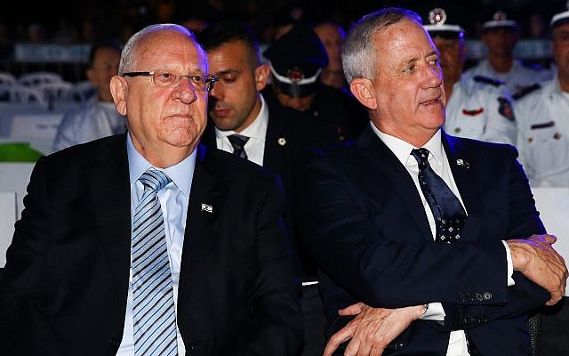 President Reuven Rivlin and Blue and White leader Benny Gantz attend a Holocaust Remembrance Day ceremony at Kibbutz Yad Mordecha in southern Israel on May 2, 2019. (Flash90)