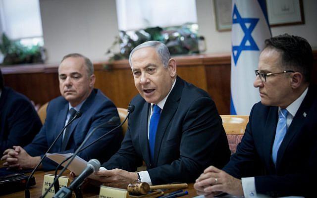 O primeiro-ministro israelense Benjamin Netanyahu lidera a reunião semanal do gabinete, no escritório do primeiro-ministro em Jerusalém, em 30 de junho de 2019. (Yonatan Sindel / Flash90)