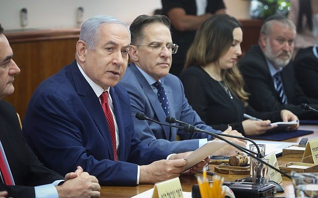 Prime Minister Benjamin Netanyahu (2L) leads the weekly cabinet meeting at the Prime Minister's Office in Jerusalem, September 8, 2019, with Attorney General Avichai Mandelblit (R) (Marc Israel Sellem/POOL)