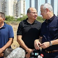 From right to left: Blue and White party leaders Benny Gantz, Moshe Ya'alon, and Gabi Ashkenazi visit Ashkelon on September 11, 2019. (Flash90)