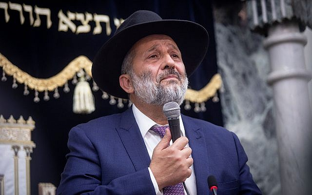 Shas leader Aryeh Deri in synagogue, September 14, 2019 (Aharon Krohn/Flash90)