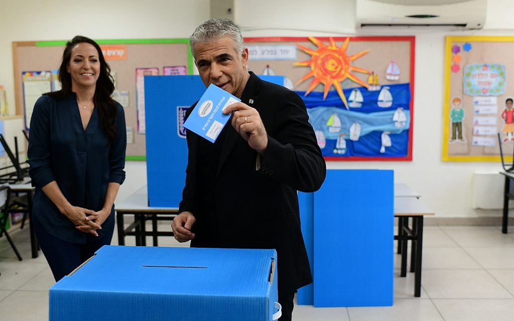 Blue and White party co-chairman Yair Lapid casts his ballot at a voting station in Tel Aviv during the Knesset Elections, on September 17, 2019. Photo by Tomer Neuberg/Flash90 *** Local Caption *** îöáéò áçéøåú ëðñú äöáòä ÷ìôé éàéø ìôéã ëçåì ìáï