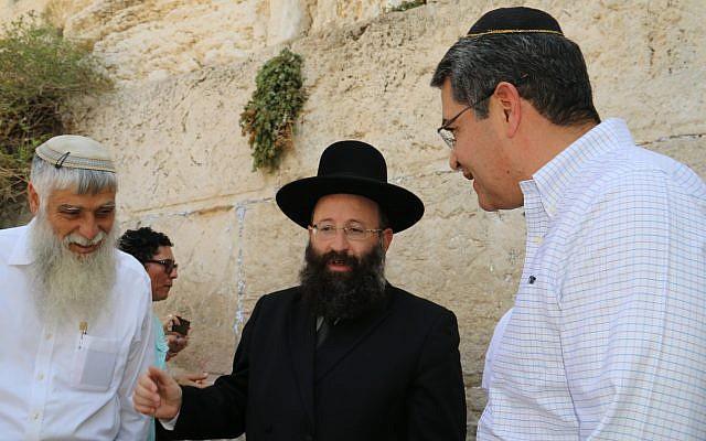Honduran President Juan Orlando Hernandez, right, visits the Western Wall in Jerusalem on September 1, 2019. (Courtesy Western Wall Heritage Foundation)