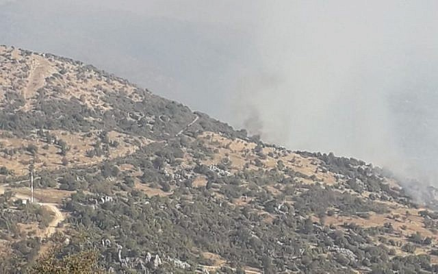 A fumaça sobe de um incêndio desencadeado por Israel perto da área contestada do Monte Dov ao longo da fronteira Israel-Líbano em 1 de setembro de 2019 (Twitter)