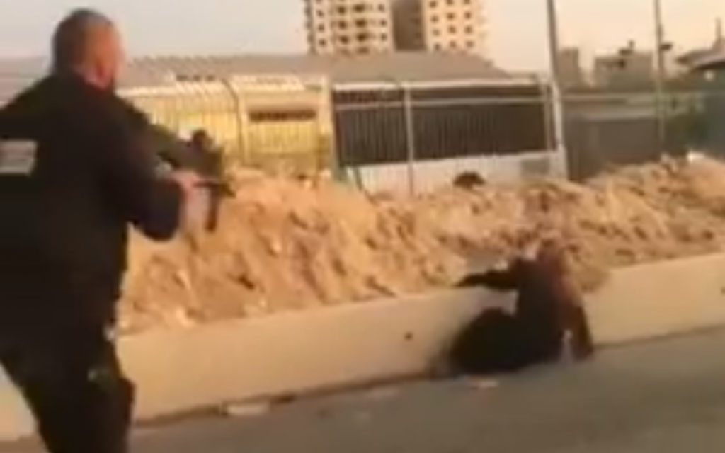 Police: Palestinian woman tries to stab guards at checkpoint, is shot dead