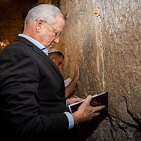 Blue and White head Benny Gantz visits the Western Wall in Jerusalem the night before elections, September 16, 2019. (Yonatan Sindel/Flash90)