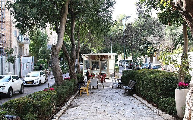 Visitors to Ben Maimon boulevard can find snacks and sandwiches at the thoroughfare's kiosks. (Shmuel Bar-Am)
