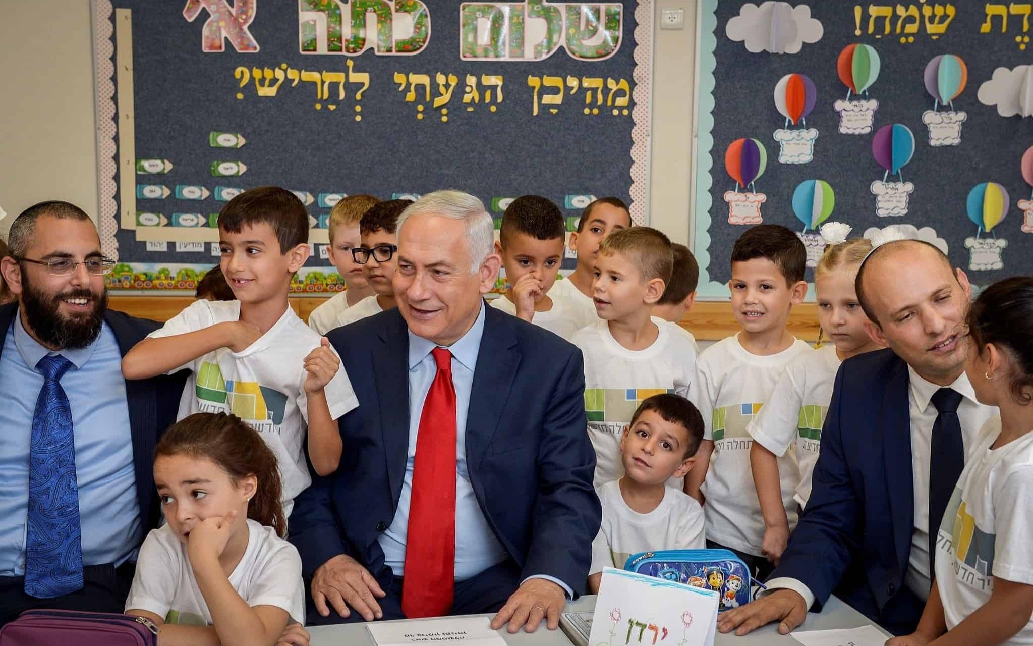 Prime Minister Benjamin Netanyahu with Harish school children on September 1. (Photo: Avi Ohayon/GPO)
