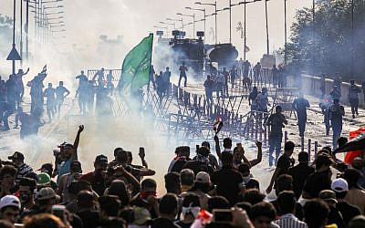 Protesters clash with Iraqi riot police vehicles during a demonstration against state corruption and poor services, between the capital Baghdad's Tahrir Square and the high-security Green Zone district, on October 1, 2019. (AHMAD AL-RUBAYE / AFP)
