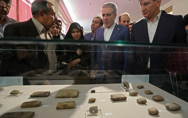 Ali Asghar Mounesan (C), Iran's Minister of Cultural Heritage, Tourism, and Handicrafts, views Achaemenid-era clay tablets on display at Iran's National Museum in the capital Tehran on October 2, 2019 (ATTA KENARE / AFP)