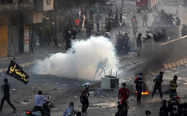 Iraqi police fire teargas at protesters during a demonstration against state corruption, failing public services and unemployment at Tayaran square in Baghdad on October 2, 2019 (AHMAD AL-RUBAYE / AFP)