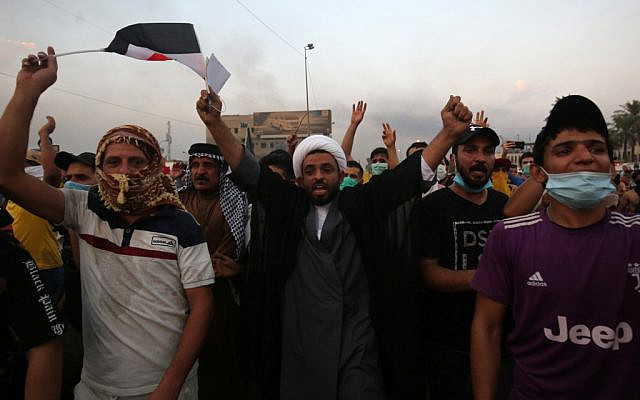 Iraqi protesters chant slogans during a demonstration against state corruption, failing public services and unemployment at Tayaran square in Baghdad on October 2, 2019 (AHMAD AL-RUBAYE / AFP)