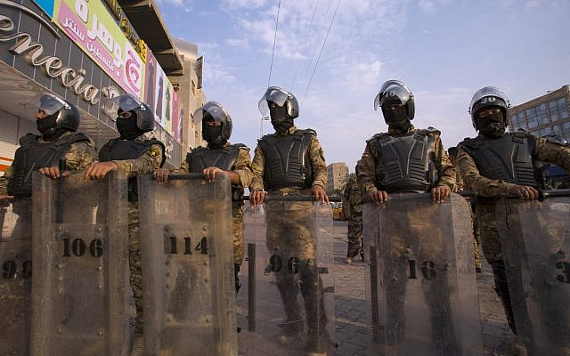 Iraqi riot police stand guard as protesters take part in a demonstration against state corruption, failing public services and unemployment, on October 2, 2019 in the southern city of Basra (Hussein FALEH / AFP)