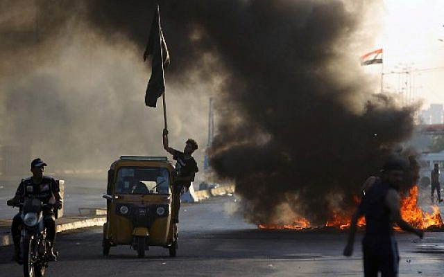 Iraqi protesters burn tires during a demonstration against state corruption, failing public services, and unemployment, in the Iraqi capital Baghdad on October 5, 2019. (AHMAD AL-RUBAYE / AFP)