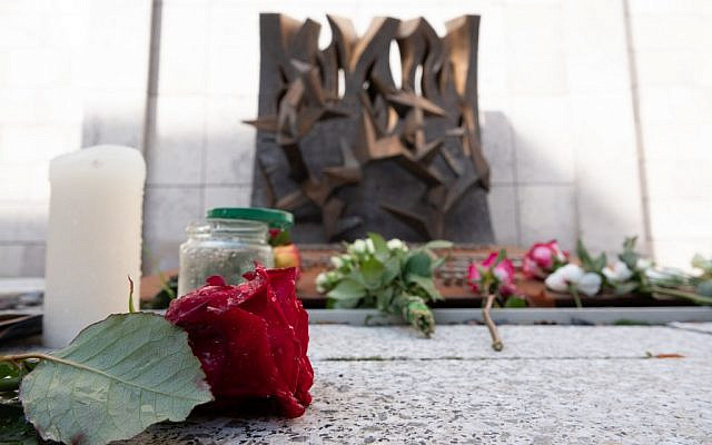 Flowers and candles are placed in solidarity with the victims in front of a synagogue in Stuttgart, southern Germany, one day after the deadly anti-Semitic shooting in Halle. (Gregor Bauernfeind/DPA/AFP)