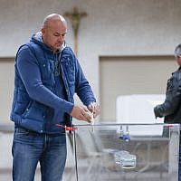 Polish nationals cast their ballots on October 12, 2019, in Chicago, Illinois, one day before parliamentary elections in Poland. (KAMIL KRZACZYNSKI / AFP)
