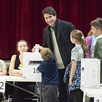 Leader of the Liberal Party of Canada, Justin Trudeau votes with his family in Montreal, Quebec on  October 21, 2019 (Sebastien ST-JEAN / AFP)