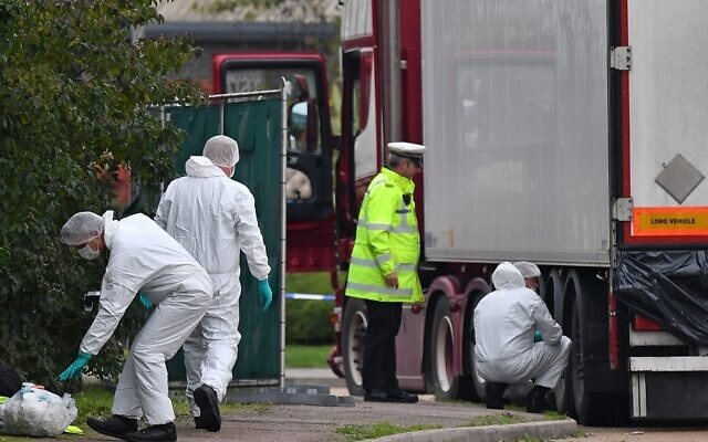 British Police forensics officers work on a truck found to be containing 39 dead people, at Waterglade Industrial Park in Grays, east of London, on October 23, 2019. (Ben STANSALL / AFP)