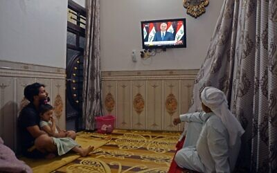 Iraqis watch a televised speech by Iraq's President Barham Saleh in the central holy shrine city of Najaf on October 31, 2019. (Photo by Haidar HAMDANI / AFP)
