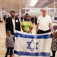 Agriculture Minister Uri Ariel (R) and former MK Avraham Neguise (L) welcome Meseret Warika and her two sons to Israel. Warika's brother Solomon Tekah was shot and killed by an off-duty policeman (courtesy)