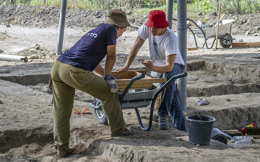 Thousands of youth and volunteers participated in the excavation at the Early Bronze Age excavation site near modern Harish. (Yaniv Berman, Israel Antiquities Authority)