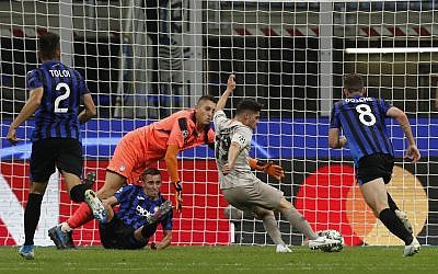 Israeli soccer player Manor Solomon, center right, scores the winning goal for his Ukrainian team Shakhtar Donetsk during the Champions League group C soccer match between Italy's Atalanta and Shakhtar Donetsk at the San Siro stadium in Milan, Italy, October 1, 2019. (AP Photo/Antonio Calanni)