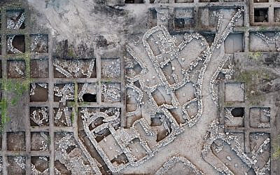 Aerial photographs of the Early Bronze Age excavation site near modern Harish. (Assaf Peretz, Israel Antiquities Authority)
