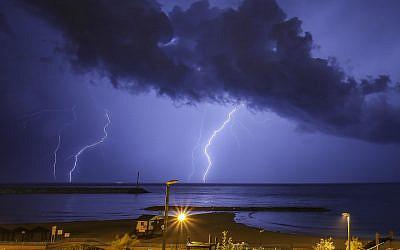 Lightning over Ashkelon, November 16, 2015. (Edi Israel/Flash90)